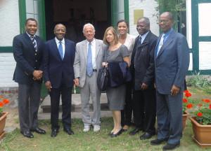 Gruppenbild mit dem König des Volksstammes der Baschilange, Senator Emori Kalamba (2. v.l.), Frau Wissmann (4. v.l.) und dem Vereinsvorsitzenden Rolf Peter Bartz (3. v.l.)